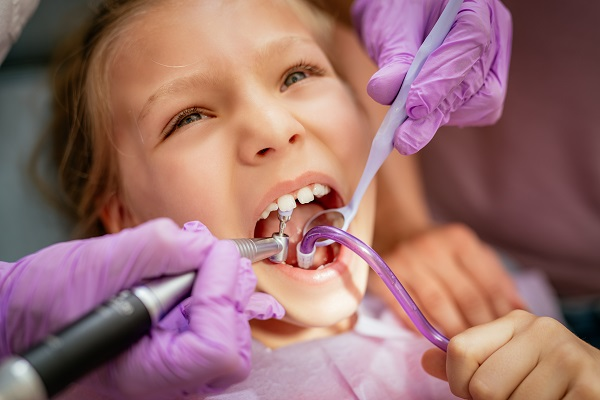 Bambina dal dentista durante una visita presso lo Studio Brandolini di Legnano