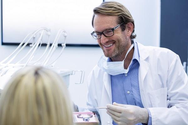 Dentista al lavoro